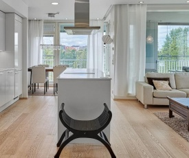 Modern City Centre Apartment with Private Sauna, Balcony & Lake View